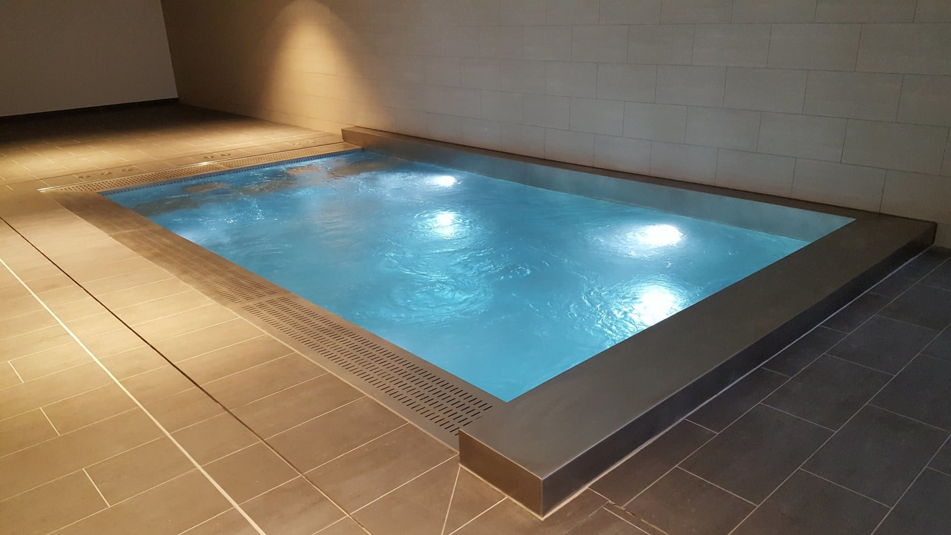 Nage contre courant piscine free piscine intrieure prive for Piscine contre courant